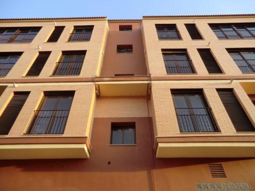 Edificio de 8 viviendas en Cabanes con cocheras independientes en la planta baja.